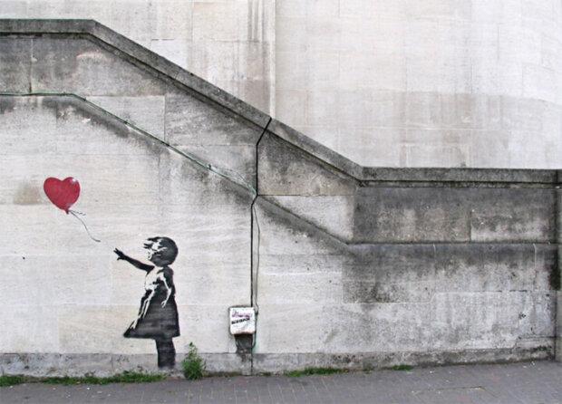 覆面ストリートアーティストのバンクシーの作品30選。ネズミや風船と少女など