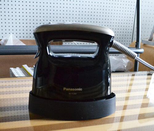 ハンガーにかけたままシワやにおいが取れるPanasonicの衣類スチーマー「NI-FS360」!