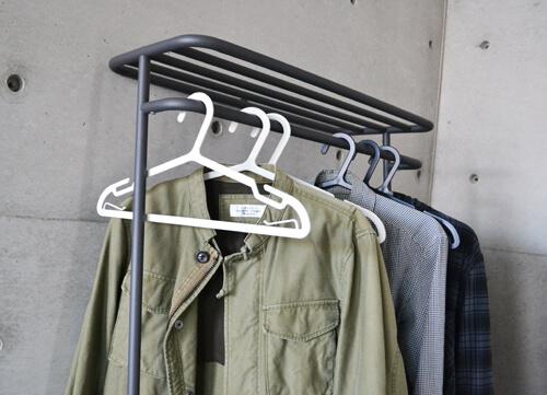 普段使いや洗濯にも使えるプラスマイナスゼロの衣類用シンプルハンガー!