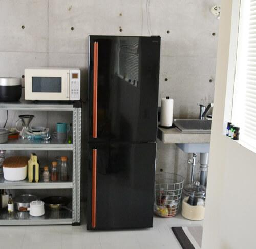 レザーの取っ手がアクセントになったアマダナのデザイン冷蔵庫