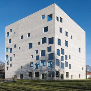 建築家ユニットのSANAAの建築作品9選。代表作の金沢21世紀美術館やルーブル・ランスなど