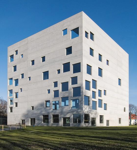 建築家ユニットのSANAAの建築作品12選。代表作の金沢21世紀美術館やルーブル・ランスなど