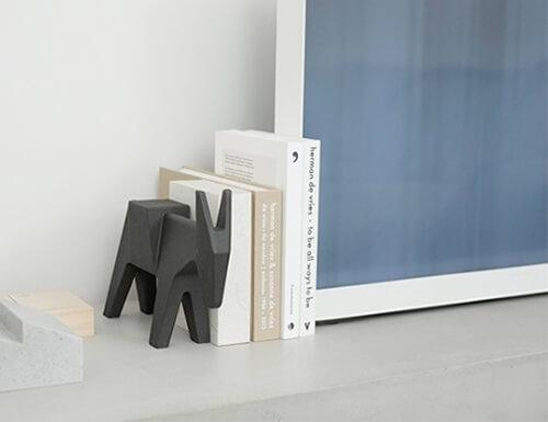 おしゃれなデザインのブックエンド13選。かわいい木製のブックスタンドもおすすめ