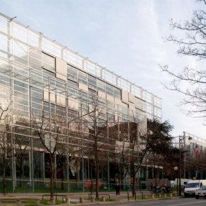 建築家のジャン・ヌーヴェルの建築作品8選。代表作のアラブ世界研究所やカルティエ現代美術財団など